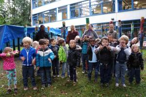 Marcel Pinas met schoolkinderen in Overvecht